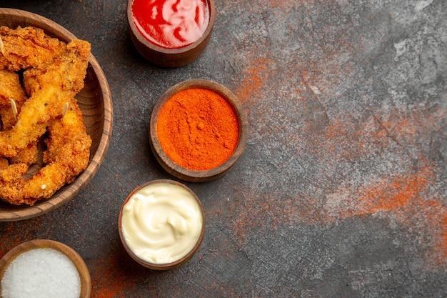 혼합 색상 테이블에 다진 토마토와 향신료가 들어간 바삭한 프라이드 치킨