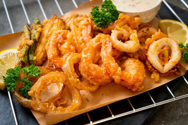 Crispy fried mixed vegetable and seafood