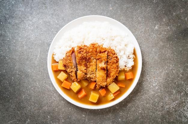 カリカリ揚げ豚カツとカレーライス-日本食スタイル