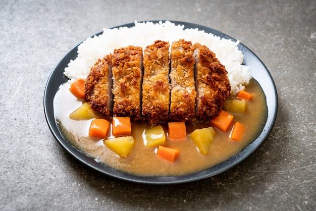 カレーライスとカリカリ揚げ豚カツ-日本食スタイル