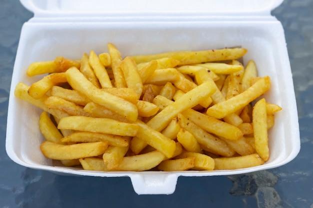 Хрустящий золотой картофель фри на контейнере