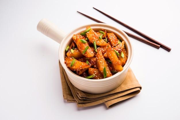 クリスピーハニーチリポテトは、インドの中華料理からの超中毒性のスナックです