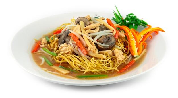 치킨 xiang jian ji si mian 재료를 곁들인 두꺼운 육즙의 바삭한 국수 죽순 버섯 당근 콩나물 부추 중국 및 태국 음식 퓨전 스타일 장식 조각 야채