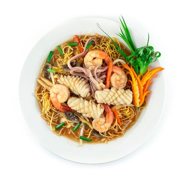 걸쭉한 국물에 새우와 오징어를 곁들인 바삭한 국수 해산물 요리 xiang jian ji si mian 재료 죽순 버섯 당근 콩나물 부추 중국 및 태국 음식 퓨전 스타일