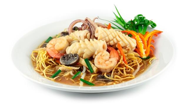 걸쭉한 국물에 새우와 오징어를 곁들인 바삭한 국수 해산물 요리 xiang jian ji si mian 재료 죽순 버섯 당근 콩나물 부추 중국 및 태국 음식