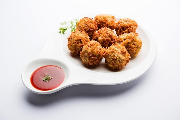 Хрустящая лапша пакора или пакода - популярная индокитайская уличная еда, которую подают с кетчупом.