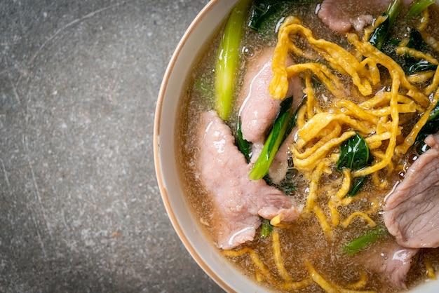 Хрустящая лапша со свининой в соусе из подливки - азиатская кухня