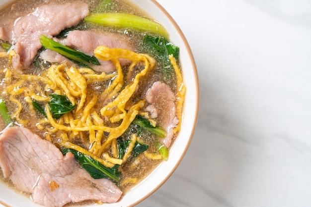Хрустящая лапша со свининой в соусе из подливки. азиатский стиль еды