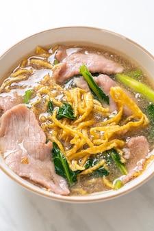 グレイビーソースのポークとクリスピーヌードル-アジア料理スタイル