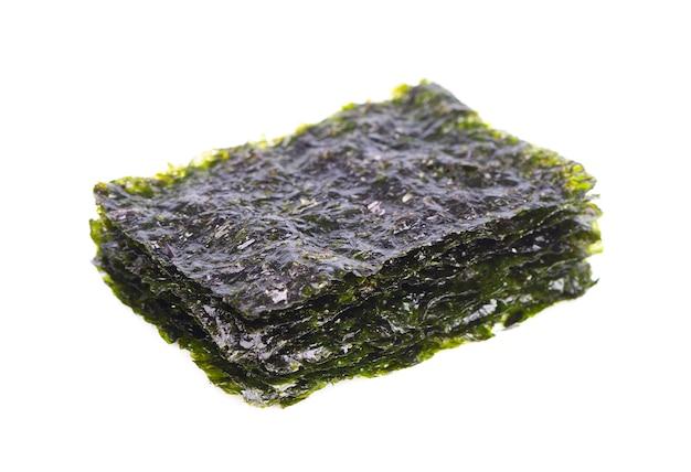 Хрустящие водоросли нори изолированные