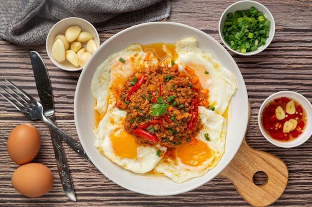 Frittata croccante condita con carne di maiale macinata e salsa di verdure miste