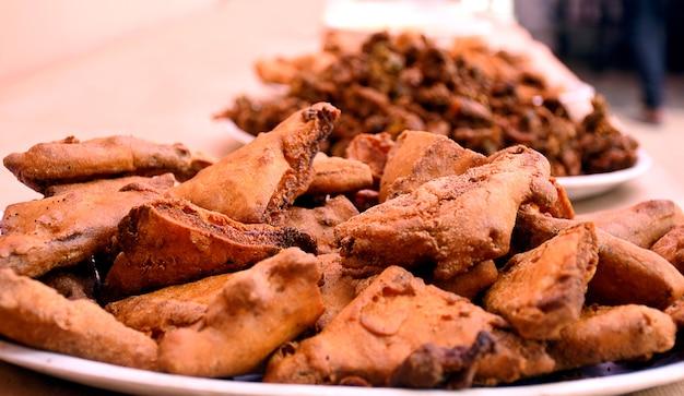 サクサクのタマネギbhajisまたはkandaまたはpyajke pakoreまたはpakoda、サラダに乗った繊細なインド料理とブラジル料理の屋台の食べ物。