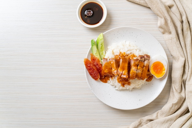 Хрустящая свинина на рисе с соусом барбекю