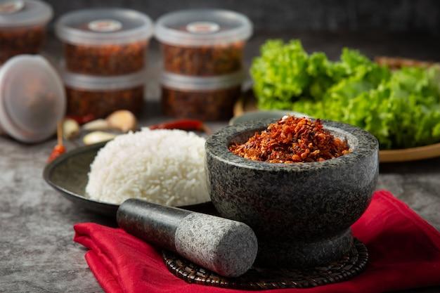 Pasta di maiale croccante mescolata con bellissimi ingredienti decorativi, cibo tailandese.