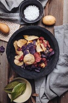다양한 색상의 바삭한 감자 칩