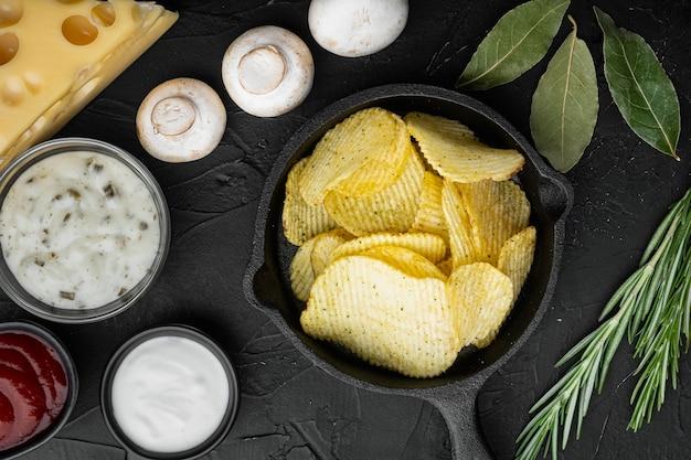 サクサクのポテトチップス。ジャガイモのスライス、チーズとオニオンをセットした海塩でロースト、サワークリーム