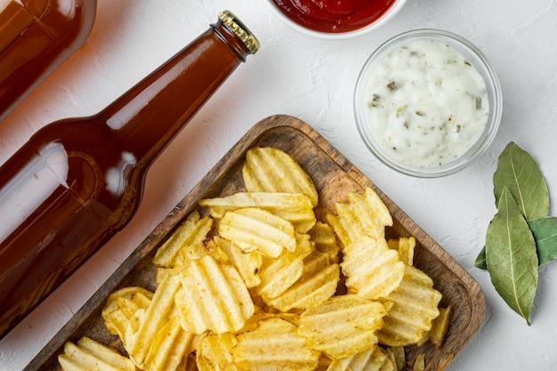 바삭한 감자칩. 바다 소금 세트로 구운 감자 조각, 소스 토마토와 함께