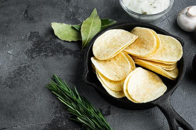 바삭한 감자칩. 바다 소금으로 구운 감자 조각, 디핑 소스와 함께