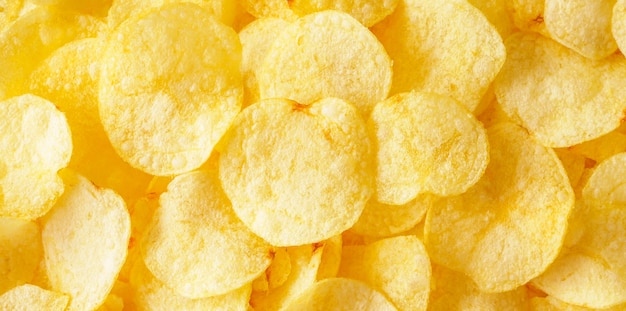 Хрустящие картофельные чипсы закуска текстуры фона