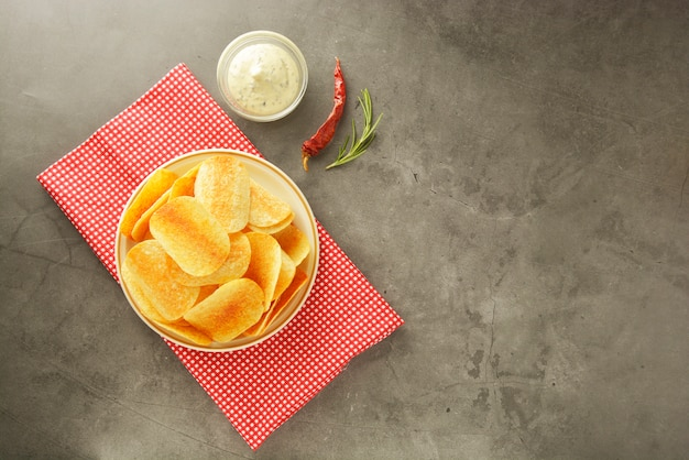 Crispy potato chips with delicious sauce.