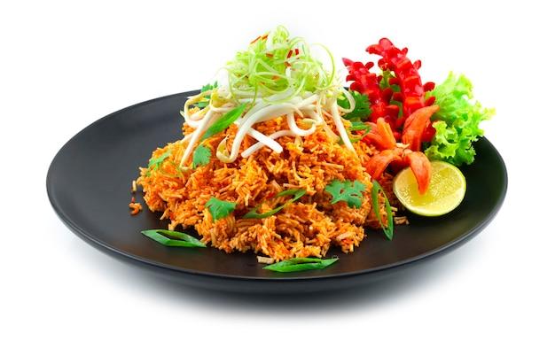 サクサクのライスヌードル甘酸っぱいネギのカツレと豆もやしタイ料理前菜料理はライムと野菜の側面を飾る