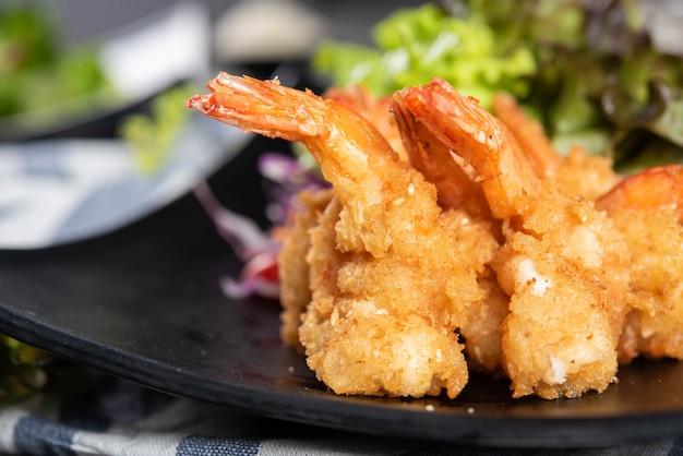 Хрустящие креветки с салатом