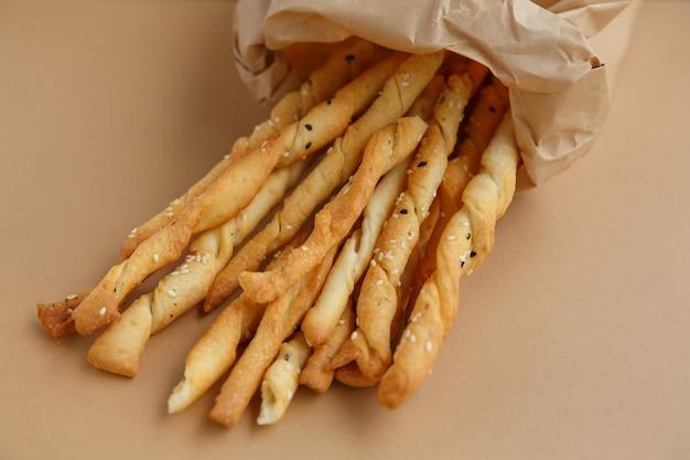 紙袋に入ったサクサクスナック。さっと一口食べられる塩ごまパンスティック