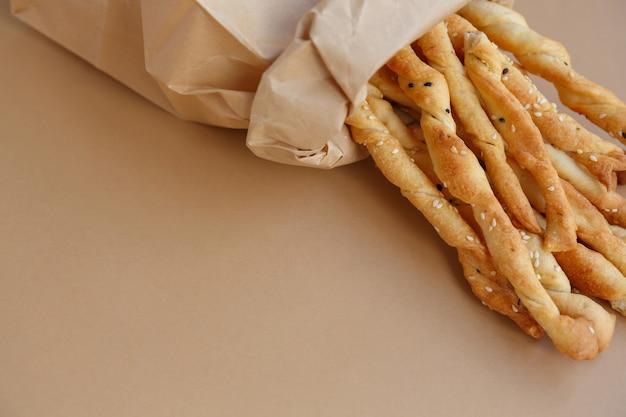 紙袋に入ったサクサクのスナック さっと食べられる塩胡麻のパンスティック