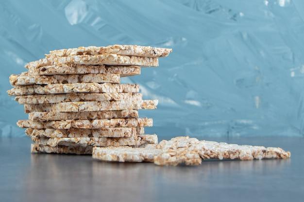 Cialde di riso quadrate croccanti su marmo.