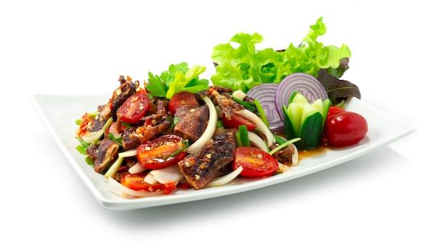 Хрустящие кальмары острый салат в тайфудском стиле украшают резные овощи, вид сбоку
