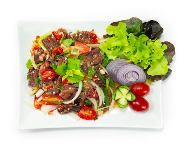 Хрустящие кальмары острый салат в тайфудском стиле украшают резные овощи topview