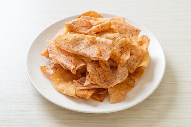 크리스피 타로 칩-튀긴 또는 구운 슬라이스 타로 프리미엄 사진