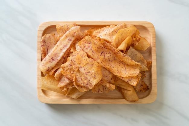 サトイモのポテトチップス-スライスしたサトイモのフライまたは焼き