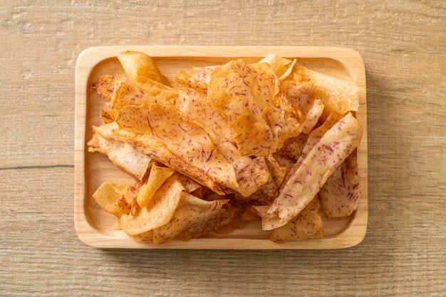 サトイモのポテトチップス-スライスしたサトイモの揚げ物または焼き物