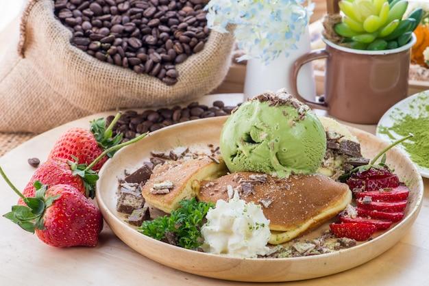 ハチミツ、ピーナッツバター、バナナ、チョコレートグラノーラ、アボカド、スイカ大根、柿、ザクロ、チアシード、トマト、イチジク、ブラックベリーのサクサクしたトースト。プレートのハニートースト
