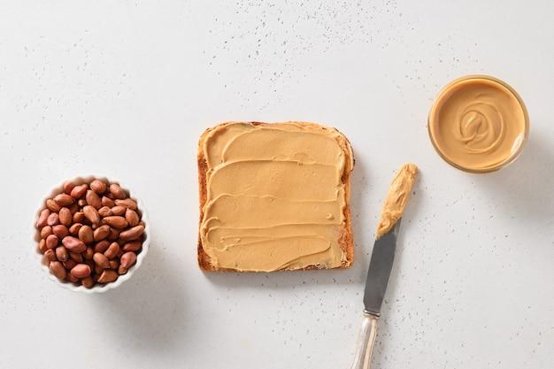 Хрустящие тосты с арахисовой пастой.