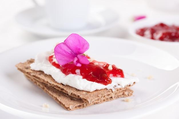 Crispy toasts with strawberry jam