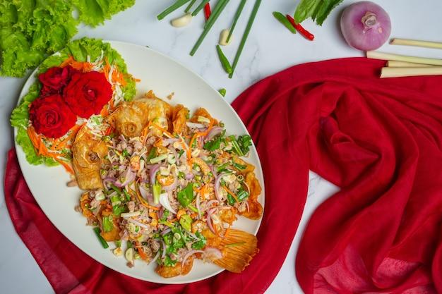Хрустящий рыбный салат tubtim, тайская еда herb.