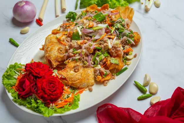 바삭한 tubtim 생선 샐러드, 태국 음식 허브.