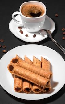 Хрустящие вафельные трубочки с вареной сгущенкой и чашка кофе