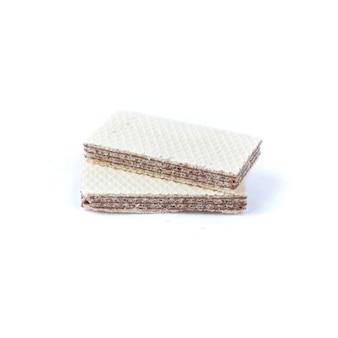 Хрустящие вафли с шоколадной начинкой на белом фоне