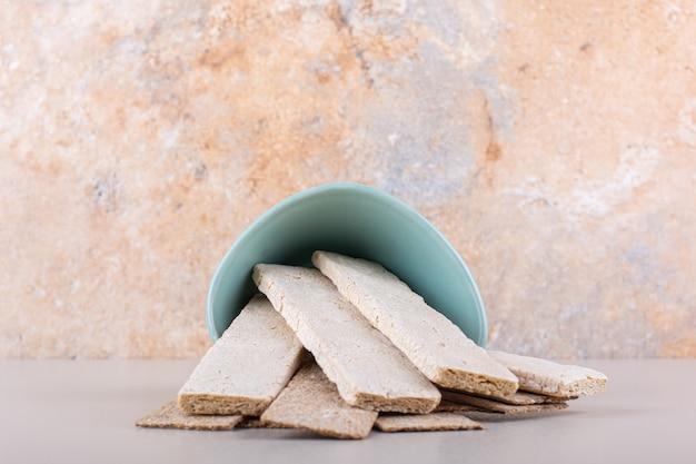 Cialde croccanti dalla ciotola blu sul tavolo bianco. foto di alta qualità