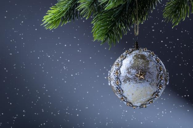 クリスマス。クリスマスボール。クリスマスツリーの豪華なクリスマスボール。松の小枝にぶら下がっている自家製のクリスマスボール。