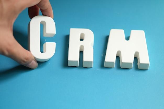 Рука упорядочивает белые буквы как crm