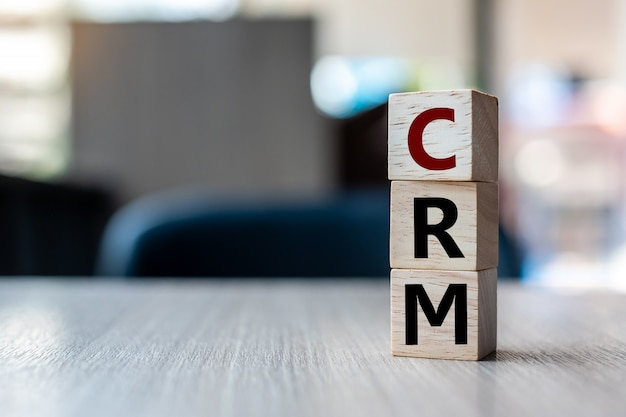 Деревянный куб с текстом crm