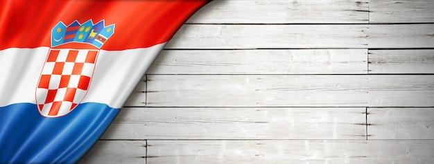 Флаг хорватии на старой белой стене. горизонтальный панорамный баннер.
