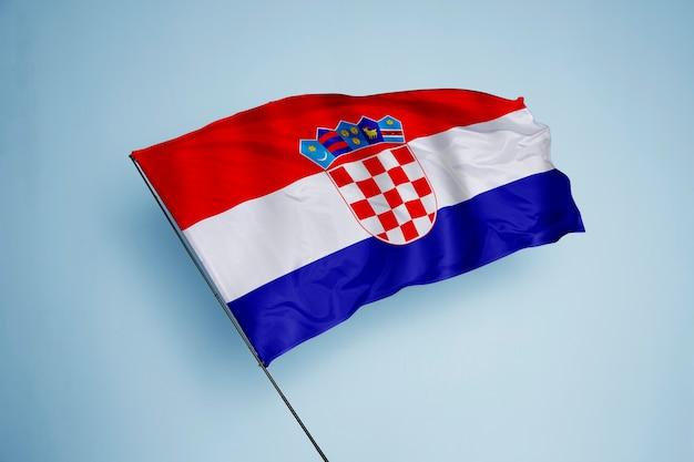 背景にクロアチアの旗