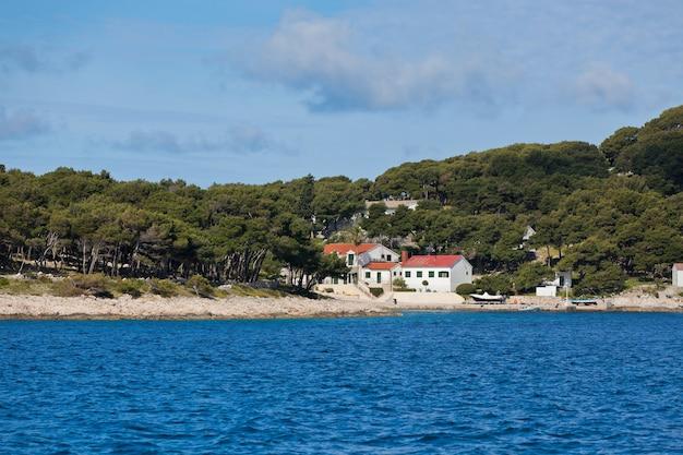 Вид на хорватское побережье с моря. горизонтальный снимок