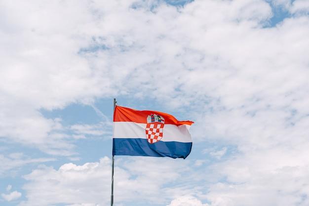 하늘에 대 한 바람에 물결 치는 크로아티아 국기. 고품질 사진
