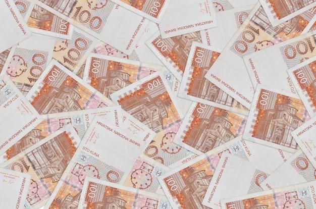 Счета хорватской куны, лежащие в большой стопке